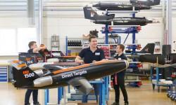 Personal de producción de blancos aéreos de Airbus junto al ejemplar número 1500 y otros ejemplares de varios modelos de este tipo de drones.