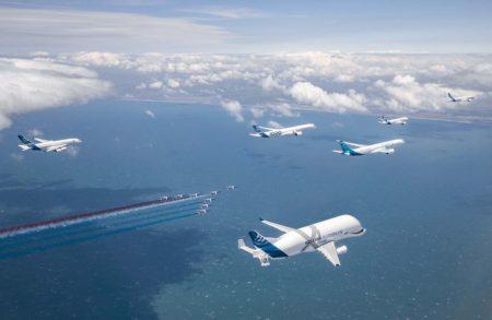 Vuelo en formación de aviones de Airbus con la Patruille de France.