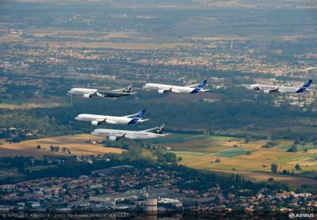 Vuelo en formación de los cinco A350 XWB que han participado en el programa de certificación.