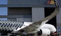 La superficie inferior del ala del A350 se fabrica en una pieza de fibra de carbono en la factoría española de Airbus en Illescas (Toledo).