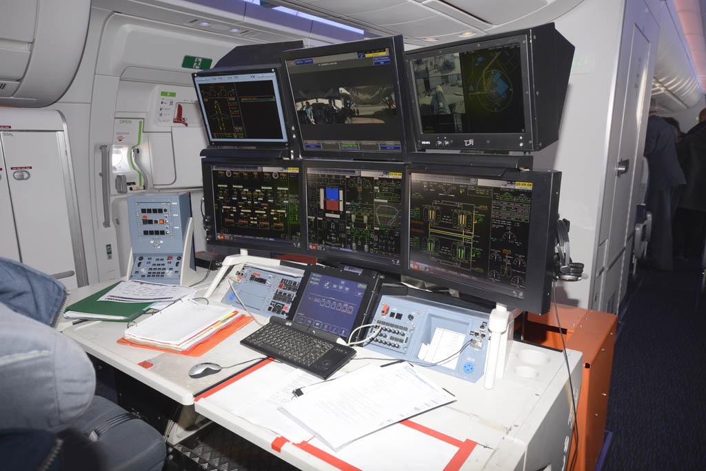 Consola de los ingenieros de prueba en la cabina de pasaje del Airbus A350-900 F-WWCF.