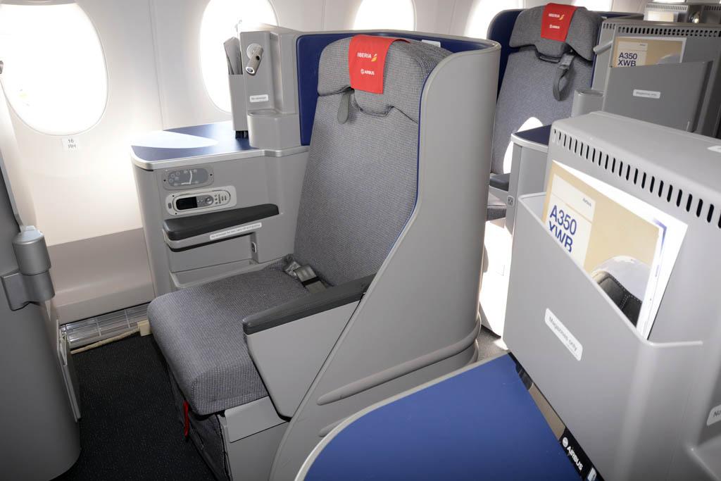 Los asientos del A350 han sido decorados con apoyacabezas de Iberia para su visita a Madrid.