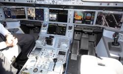 Cockpit del A350, en sus pantallas se pueden ver imágenes recogidas por diversas cámaras fuera y dentro del avión.