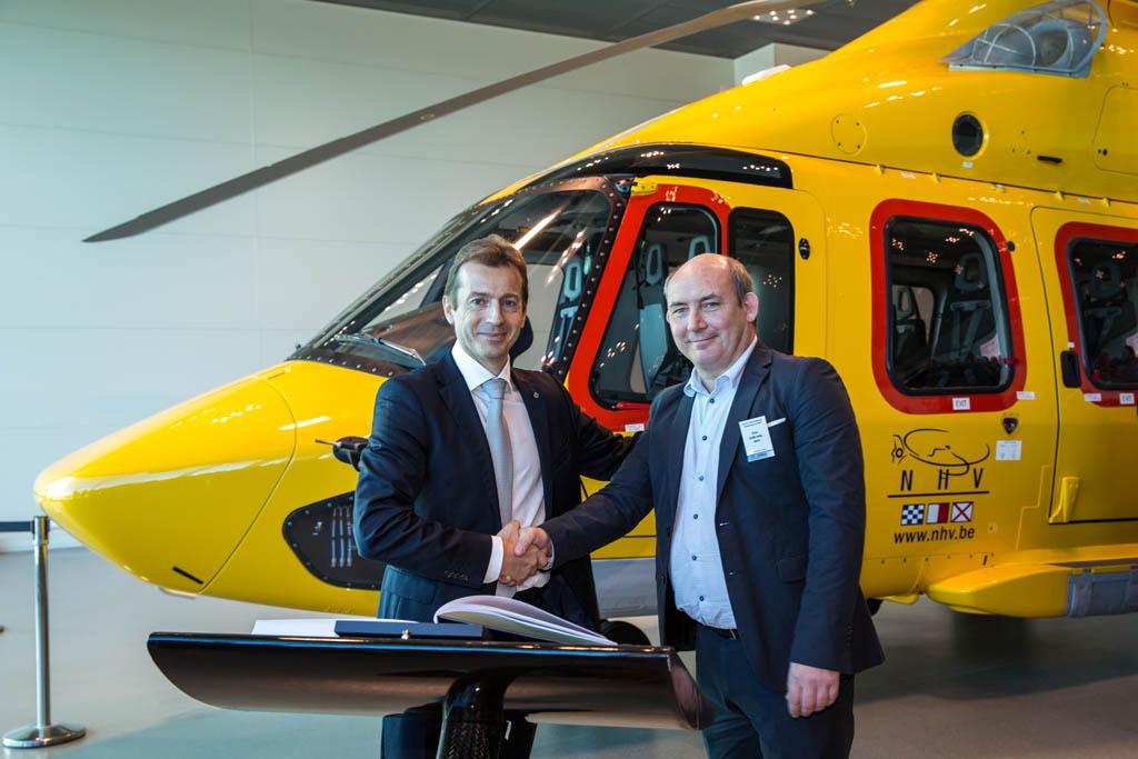 Guillaume Faury, presidente y consejero delegado de Airbus Helicopters (izquierda), y Eric Van Hal, consejero delegado de NHV durante la entrega de los dos primeros Airbus Helicopters EC175.