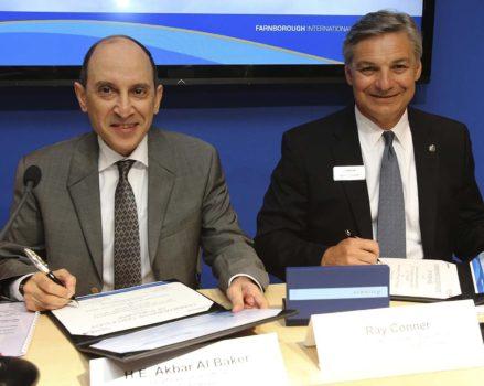 Akbar Al Baker (izquierda) en junio de 2014 con el entonces presidente de Boeing Commercial, Ray RayConner durante la firma del mayor pedido en su historia.