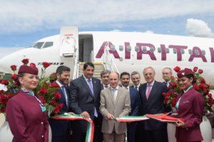 Akbar Al Baker, con traje claro, en la entrega a Air Italy del primer Boeing 737 MAX.