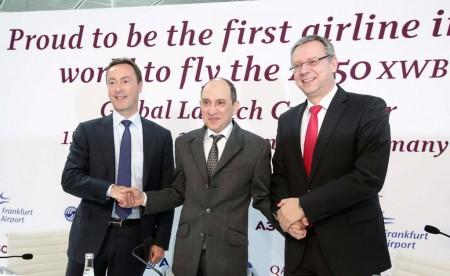 Akbar Al Baker (al centro) con Fabrice Bregier, presidente de Airbus (izquierda) y Michael Müller del Aeropuerto de Frankfurt en un momento más alegre de las relaciones Qatar-Airbus: el primer vuelo del A350 al aeropuerto alemán.