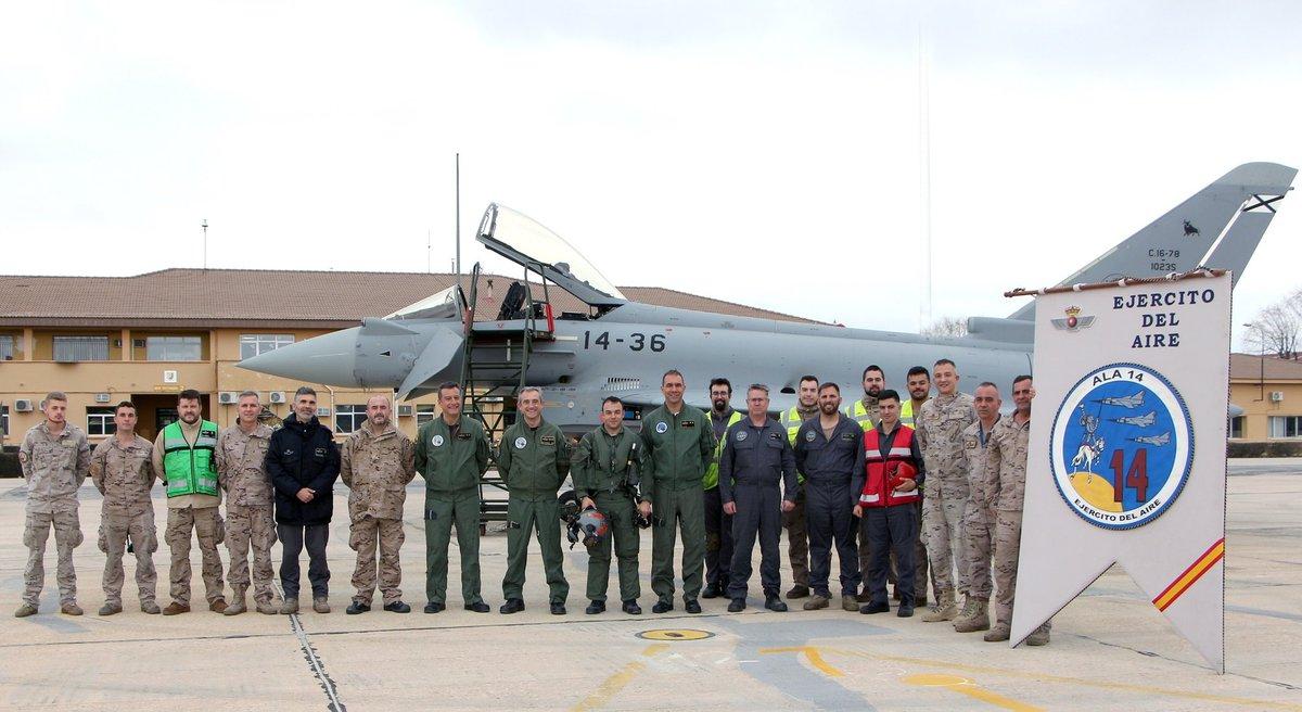 Personal del Ala 14 junto al C16-78 en la plataforma de la base.