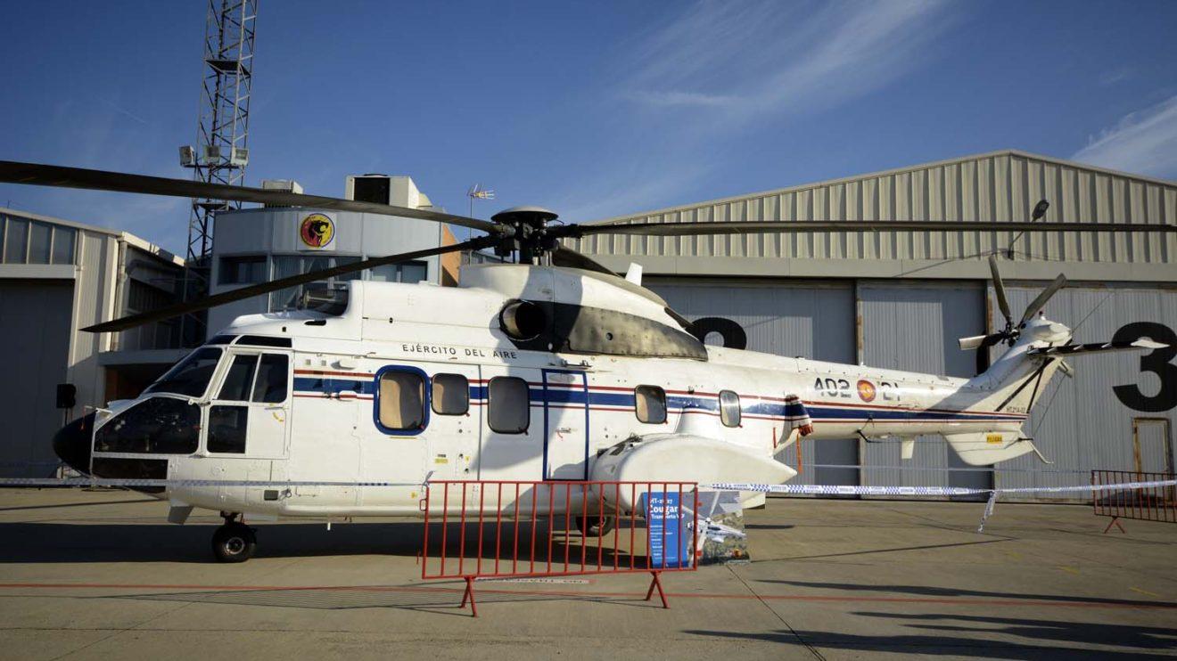AS332 del 402 Escuadrón dedicado a,l transporte VIP y dotado de puerta de acceso con escalera incorporada.