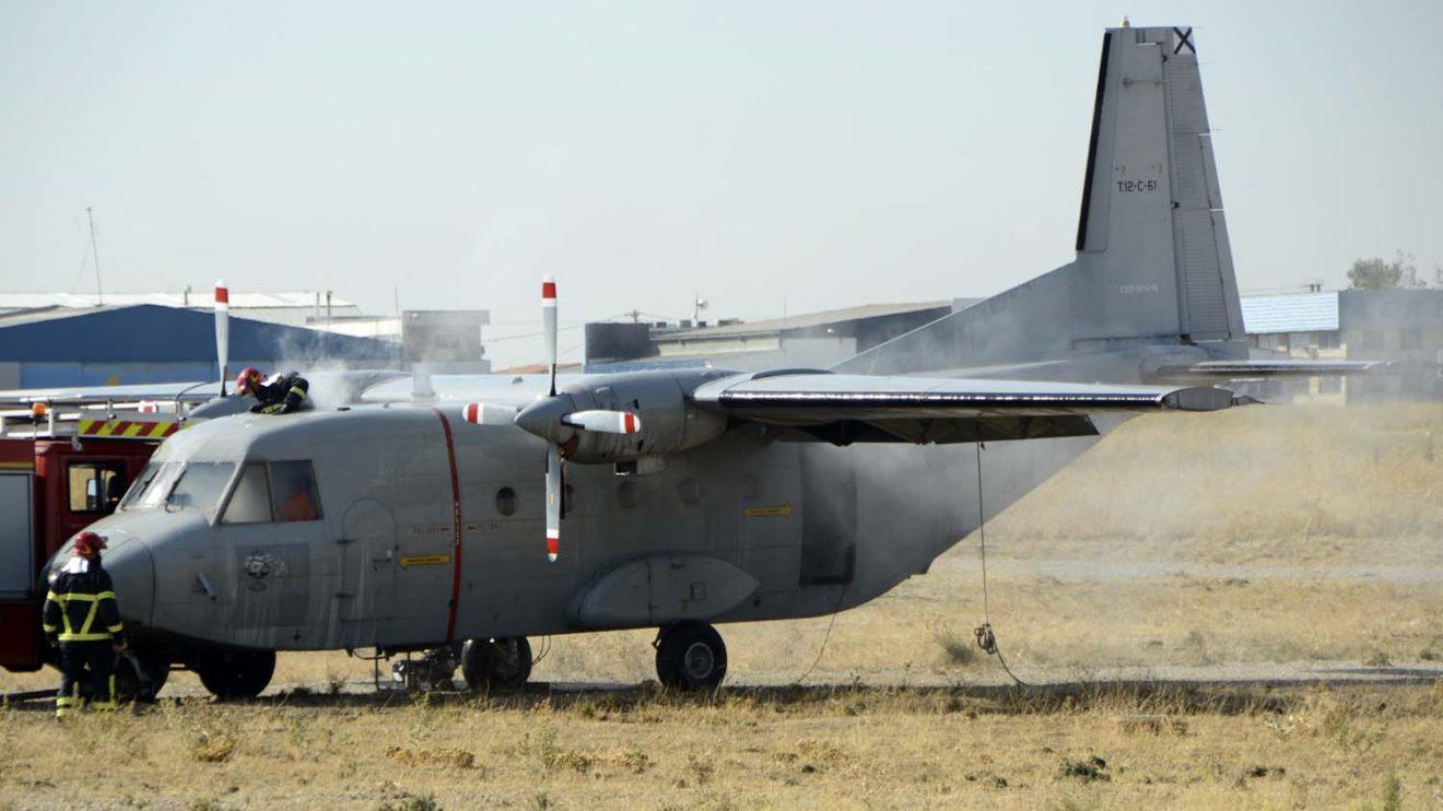 La demostración de los bomberos suponía que un avión se había salido de pista e incendiado. Afortunadamente sólo usaron una bomba de de humo para simular el fuego.