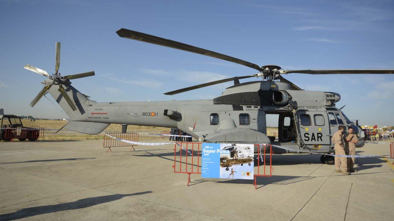 """El 803 Escuadrón ha expuesto dos de sus helicópteros: este en versión SAR y otro en versión """"Personal Recovery""""."""