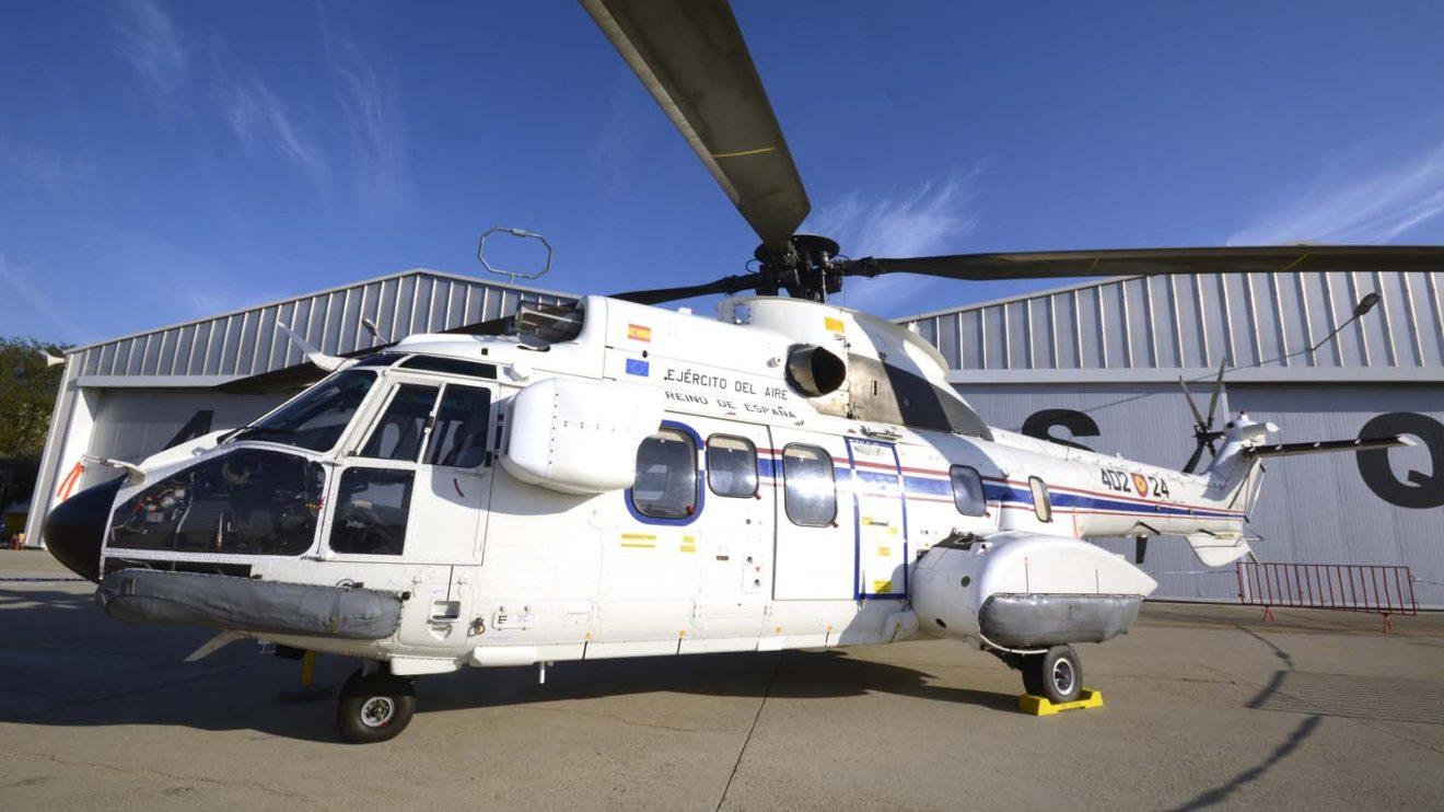 Uno de los AS332 M1 del 402 Escuadrón, denominados H27 por el Ejército del Aire, con flotadores de emergencia y los títulos de Reino de España
