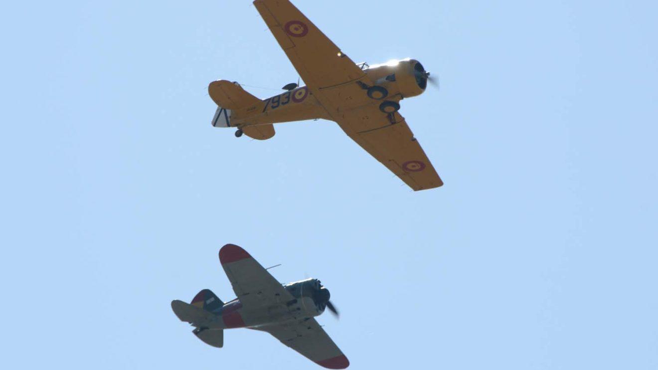 T-6G y I-16 de la FIO durante su demostración aérea.