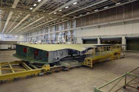 El ala derecha del primer Airbus A330-900 lista para ser enviada a Toulouse donde se llevará a cabo el montaje del avión.