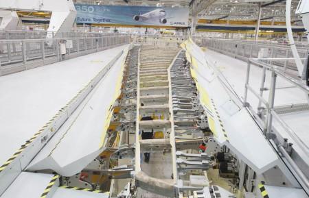 Costillas y largueros del primer ala izquierda de un Airbus A350-1000 en la bancada de montaje.