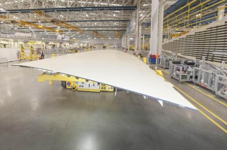 Cubiertas superiores de las alas del primer A350-1000 en la factoría de Airbus en Broughton.