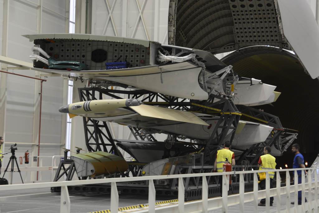 Descarga del Beluga de las semialas del primer A400M para el Ejército del Aire español.
