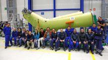 El personal que trabaó en la fabricación del primer fuselaje trasero de H225 junto a este en la factoría de Albacete de Airbus Helicopters