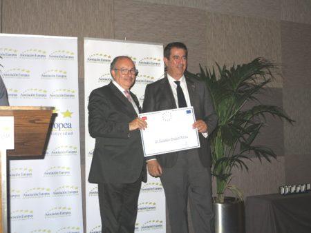 Alejandro Ibrahim, a la derecha, también fue galardonado por la AEDEEC.