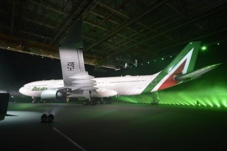 El primer Airbus A330-200 de Alitalia con colores nuevos en su presentación en Roma.