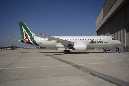 Airbus A320 de Alitalia con los nuevos colores y su fuslaje lleno de mensajes de apoyo.