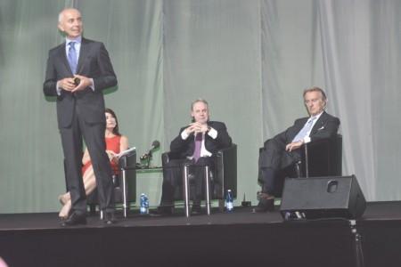 Cassano, de pie, Montezemolo, sentado a la derecha, y Hogan, sentado al centro durante la presentación de la nueva imagen de Alitalia