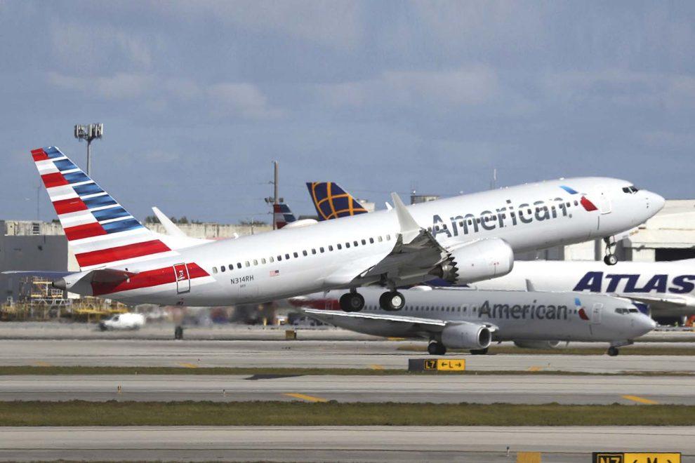 Despegue del aeropuerto de Miami del primer vuelo con pasajeros de pago de un Boeing 737 MAX en Estados Unidos tras levantarse la prohibición de vuelos.
