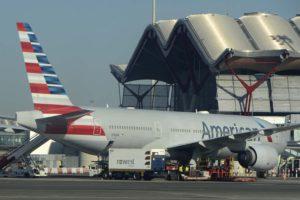 Preparación en Madrid Barajas de un Boeing 777 de American Airlines antes de la pandemia.