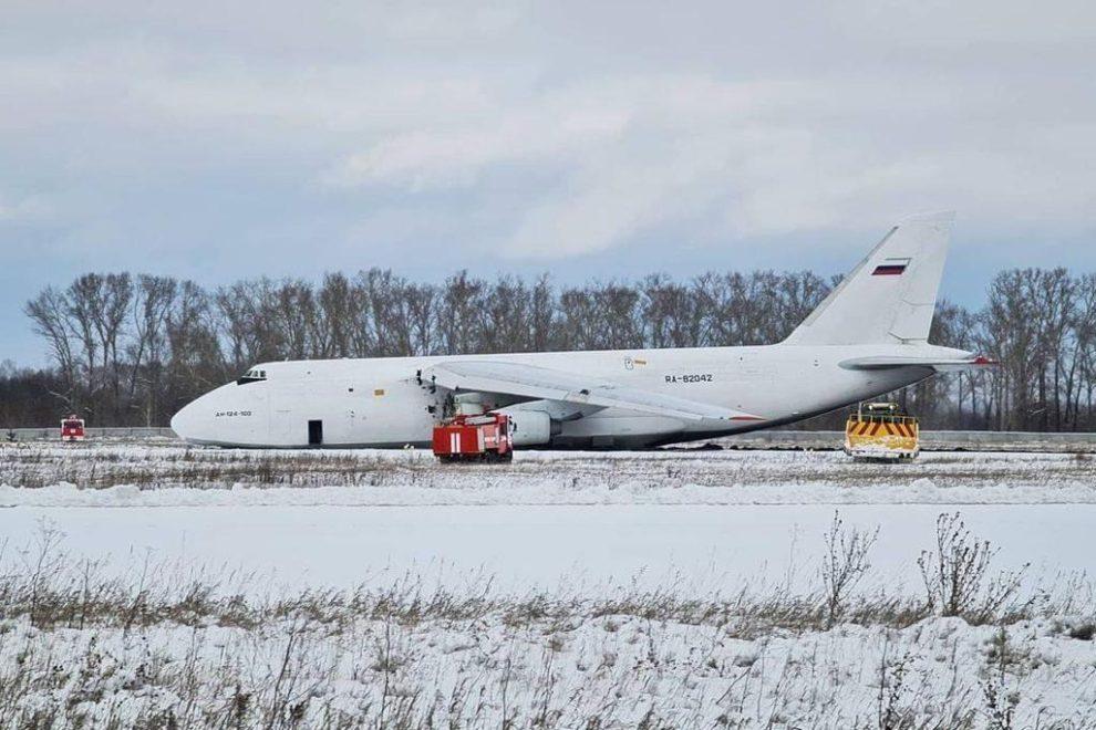 En An-124 RA-82042 en tierra tras la explosión de su motor.