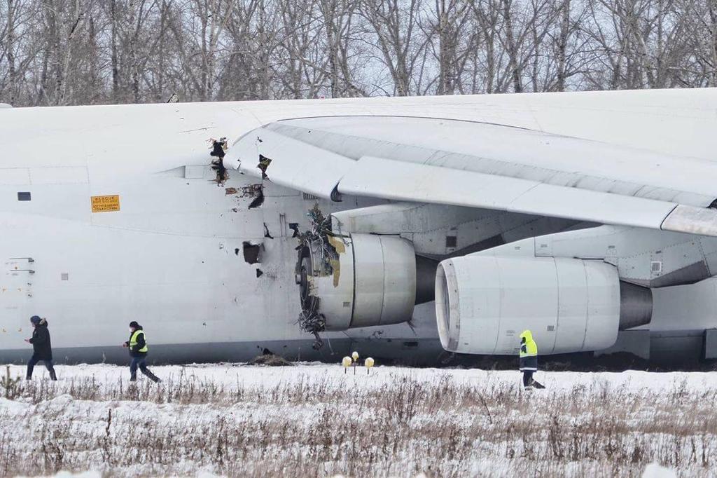 Detalle de los daños en el fuselaje y en el propio motor causados por la explosión del motor.