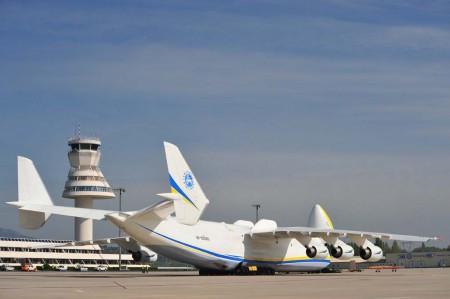 El An-225 en una de sus escalas en España, concretamente en el aeropuerto de Vitoria.