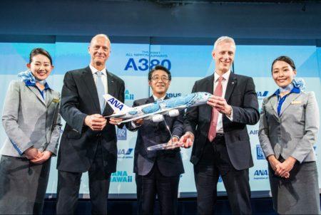 Tom Enders, de Airbus, Shinya Katanozaka de ANA y Chris Cholerton de Rolls-Royce durante la ceremonia de entrega del primer Airbus A380 de ANA.
