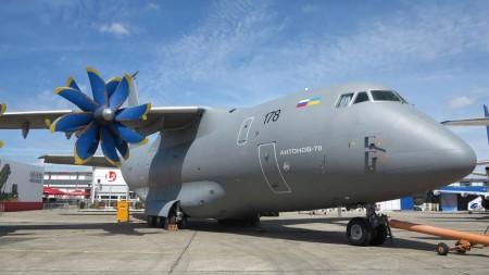 El Antonov An-70 durante su última presencia en el salón de Le Bourget de 2013.