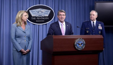 Deborah Lee James, secretaria de la Fuerza Aérea, Ashton Carter, secretario de Defensa de EE.UU., y el general Mark A. Welsh III, jefe del Estado Mayor de la USAF en el anuncio del ganador del LRS-B.