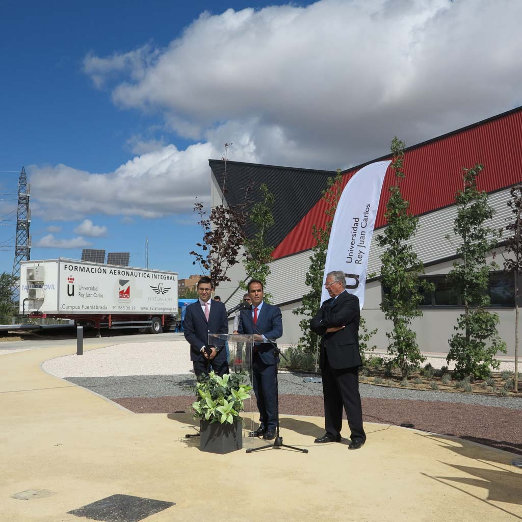 El rector de la Universidad Rey Juan Carlos de Madrid en la inauguración de Hangr VI, nuevo centro de formación aeronáutico desarrollado con AviationGroup.