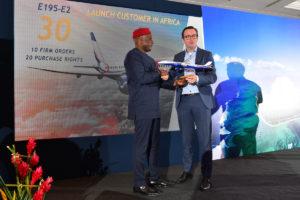 Arjan Meijer (derecha), con Allen Onyema, presidente de Air Peace, en la firma de la compra de 10 Embraer E195-E2.