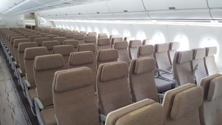 La diferente separación entre los asientos de la turista premium y la turista es evidente.