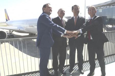 De izquierda a derecha: Ewen McDonald (Rolls-Royce), Didier Evrard (Airbus), Soo Cheon Kim (Asiana), y Peter Barrett (SMBC Aviation Capital) tras la ceremonia de entrega del primer A350 de Asiana.