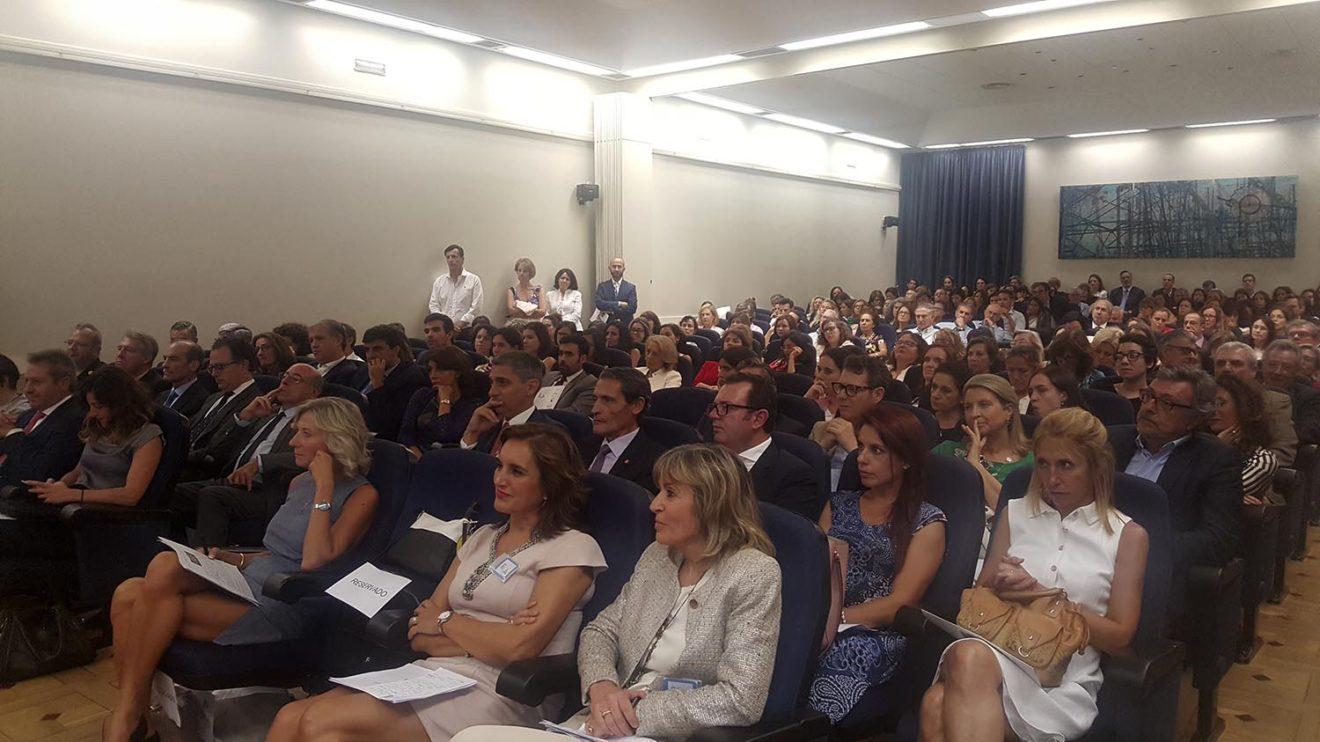 El salón de actos del Instituto de la Ingeniería de España se quedó pequeño ante la asistencia a la presentación de Ellas Vuelan Alto.