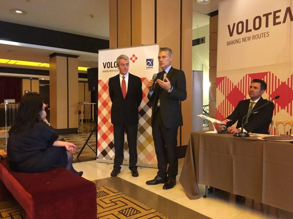 Lazaro Ros (de pié a la izquierda), director general de Volotea, e Yiannis Paraschis, consejero delegado del aeropuerto de Atenas (al centro) durante el anuncio en Atenas de la nueva base de Volotea.