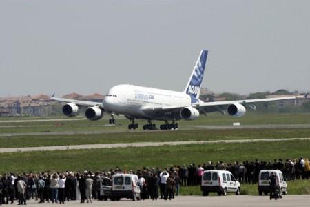 El humo comienza a aparecer tras las ruedas del tren principal. El primer vuelo del A380 termina tras algo más de cuatro horas en el aire.
