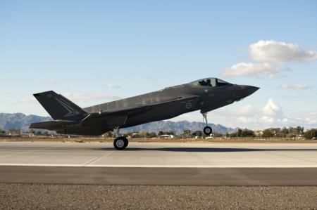 El segundo de los F-35 de la Fuerza Aérea de Australia llegando a la base aérea de Luke.