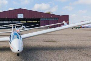 Aviones con y sin motor en la plataforma del aeródromode Ocaña.