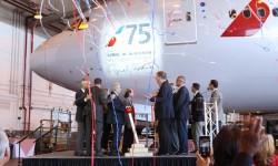 Al Blackman accionando la palanca que descubrió su nombre en el morro de uno de los Boeing 777 de American Airlines.