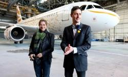 Tracey Emin y Pascal Anson frente a su avión