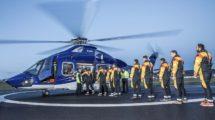 Trabajadores de una plataforma petrolífera embarcando en un helicóptero de Babcock para dirijirse a ella.