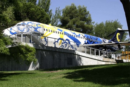 El avión del Medioambiente de Barakas es un antiguo DC-9 de Iberia reconvertido en aula y sala de exposiciones.