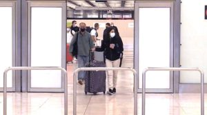 Llegada en Madrid-Barajas de pasajeros de un vuelo de repatriación.