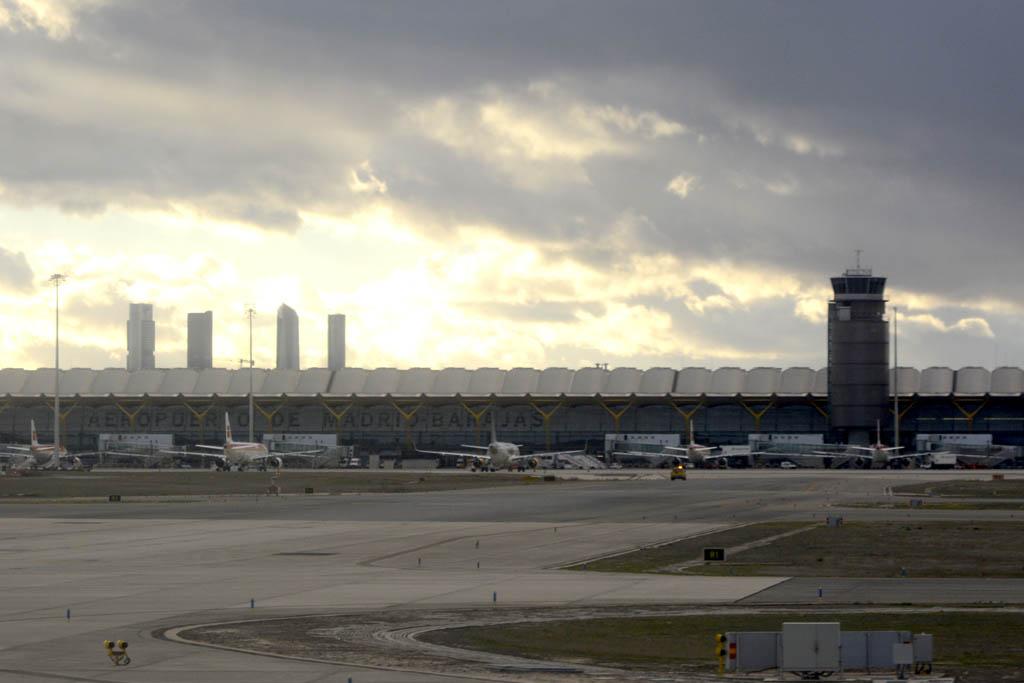 T-4 de Barajas. A la derecha la la torre de control de Servicio de Dirección de Plataforma