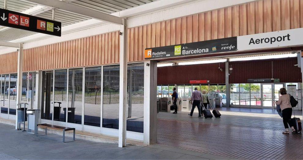 Actual acceso al tren en la T2 del aeropuerto de Barcelona El Prat.